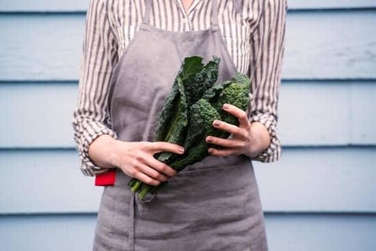 ผู้หญิงถือผักคะน้า