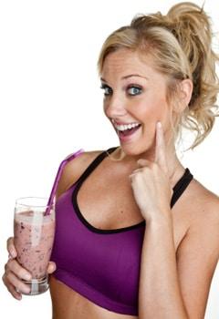ผู้หญิงถือโปรตีนเชค