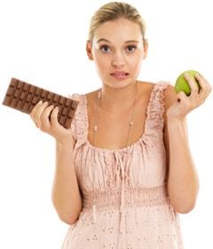 ผู้หญิงถือแอปเปิ้ลและช็อคโกแลต