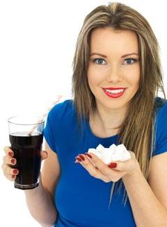 ผู้หญิงถือโซดาและน้ำตาล