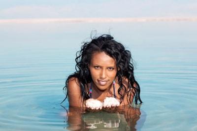 ผู้หญิงในทะเลเค็ม