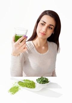 ผู้หญิงมองไปที่เครื่องดื่มสีเขียว