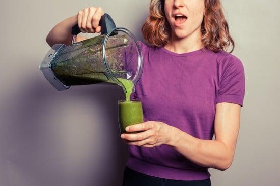 ผู้หญิงเทสมูทตี้สีเขียวในแก้ว
