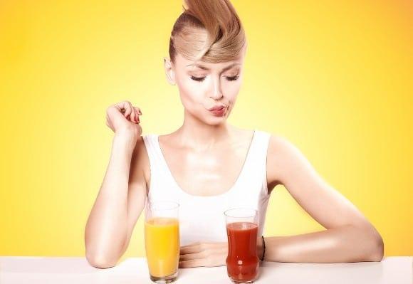ผู้หญิงกำลังไล่ตามริมฝีปากที่น้ำผลไม้