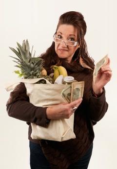 ผู้หญิงที่มีร้านขายของชำและเงิน