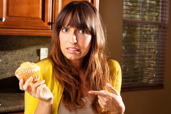 ผู้หญิงสงสัยว่าจะกินมัฟฟินหรือเปล่า