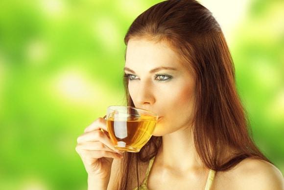 หญิงสาวกำลังดื่มชาเขียว