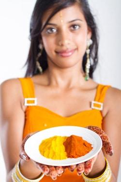 หญิงสาวชาวอินเดียถือเครื่องเทศ