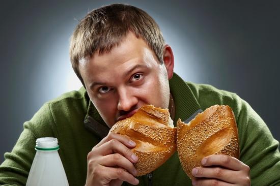 ชายหนุ่มกำลังกินขนมปัง
