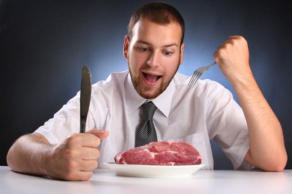 ชายหนุ่มกำลังกินเนื้อดิบ