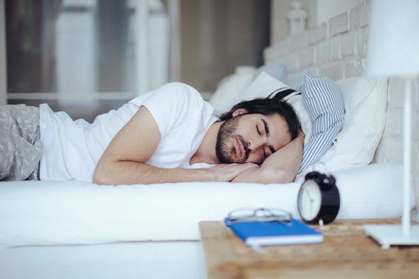 ชายหนุ่มกำลังนอนหลับ