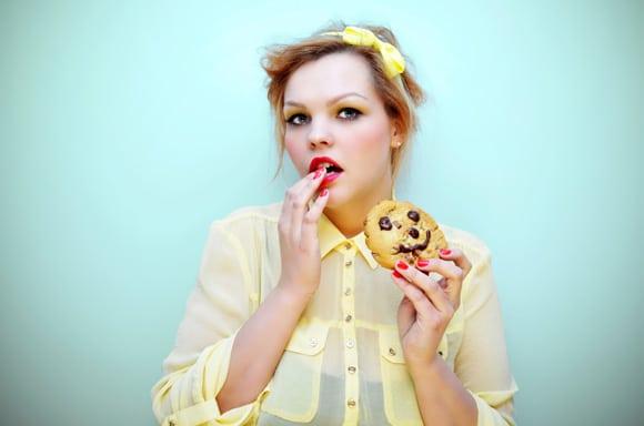 หญิงสาวอยากกินคุกกี้ช็อกโกแลตชิพ