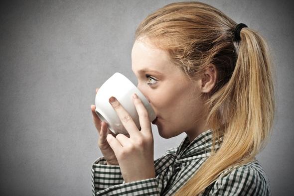 หญิงสาวกำลังดื่มชา