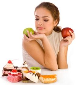 หญิงสาวกำลังมองหาอาหารที่ไม่ดีต่อสุขภาพ