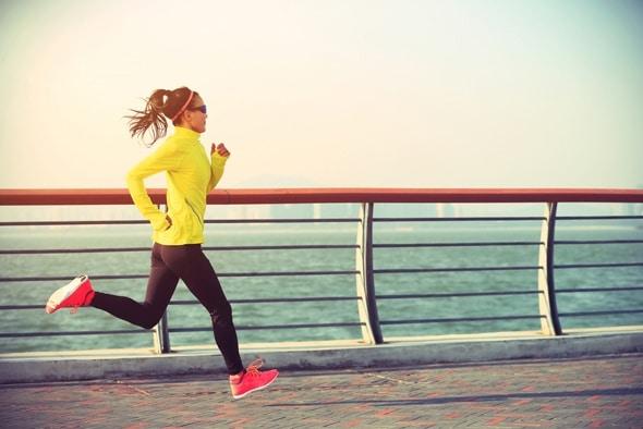 หญิงสาววิ่งริมทะเล