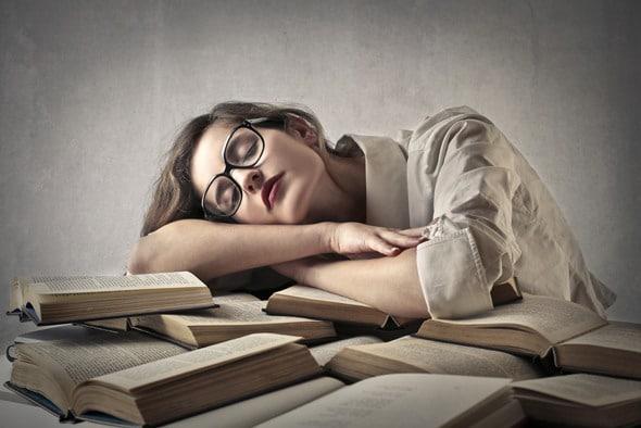 หญิงสาวนอนอ่านหนังสือ