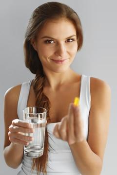หญิงสาวกับน้ำมันปลาและแก้วน้ำ