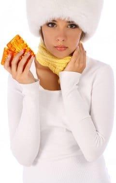 หญิงสาวสวมหมวกถือแท็บเล็ต